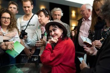 La actriz Anna Karina, rodeada de fans, el miércoles en el Festival de Cine Clásico de Lyon.