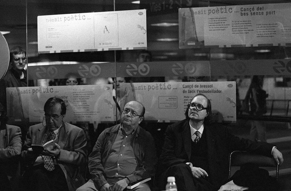 De izquierda a derecha, Joan Margarit, Manuel Vázquez Montalbán y Pere Gimferrer durante una lectura de poemas en el metro de Barcelona en 1997.