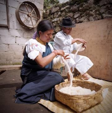 Una familia andina, durante la fabricación de alfombras artesanales en Ecuador.