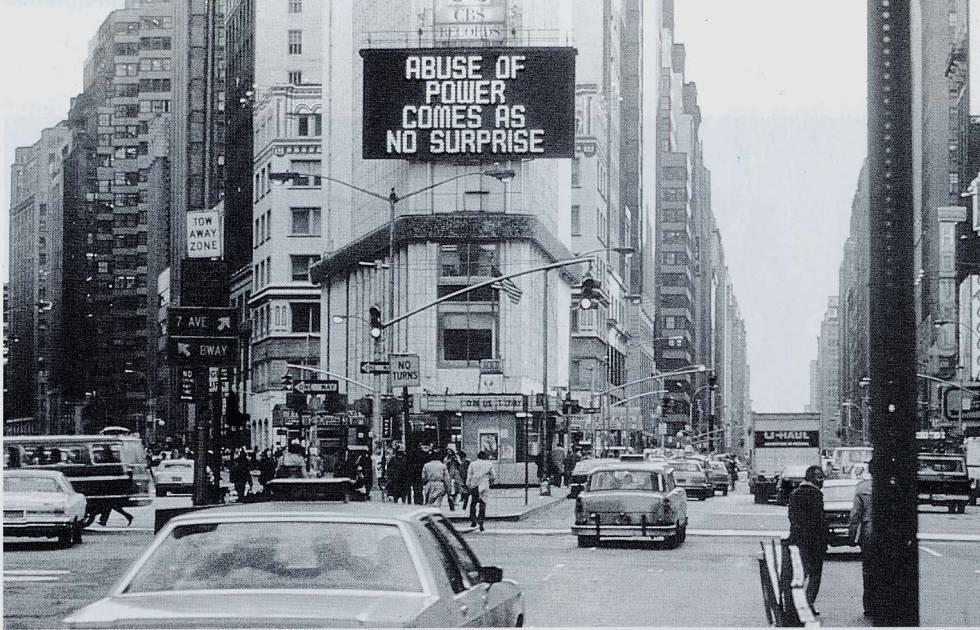 'Abuse of Power Comes As No Surprise'. obra de 1982 de Jenny Holzer, que ilustra la web del manifiesto.