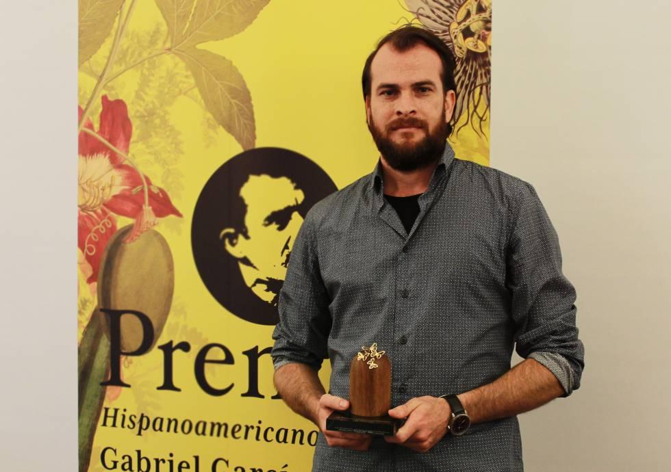 Alejandro Morellón com o Prêmio Hispano-Americano de História Curta Gabriel García Márquez.