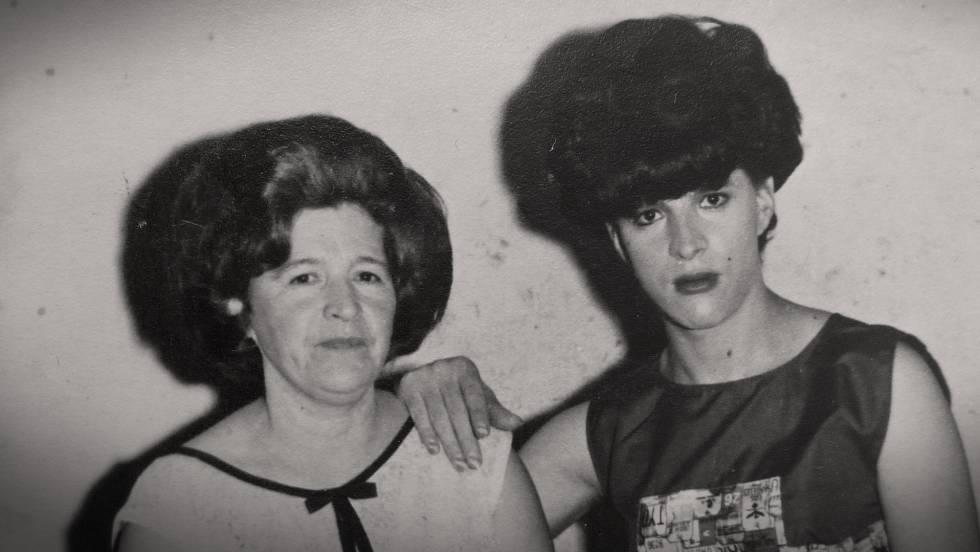Mariela Muñoz (dcha), junto a su madre.