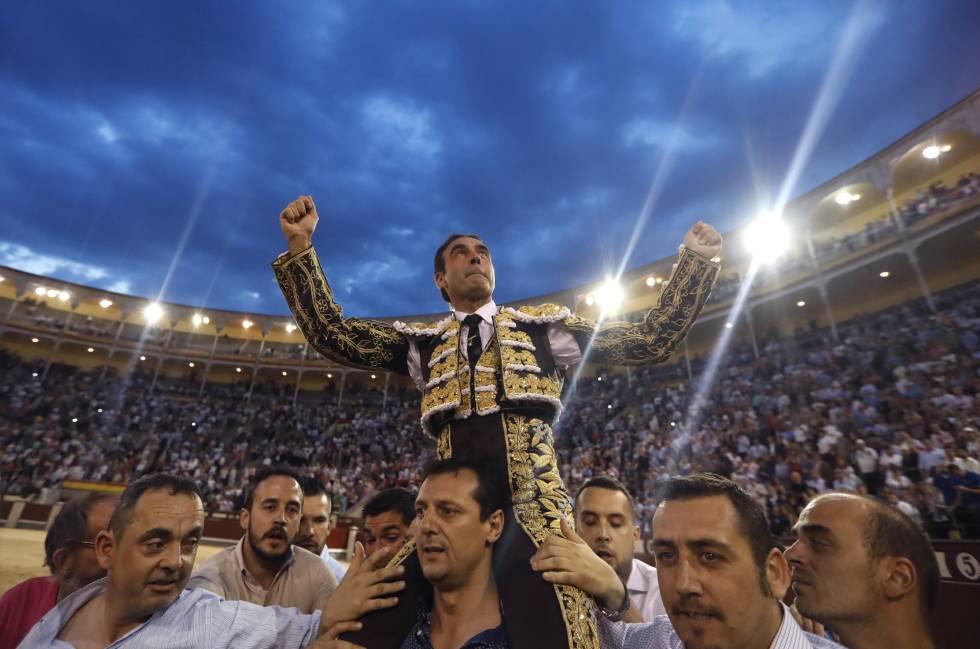 Enrique Ponce, a hombros, el pasado 2 de junio, en Las Ventas.