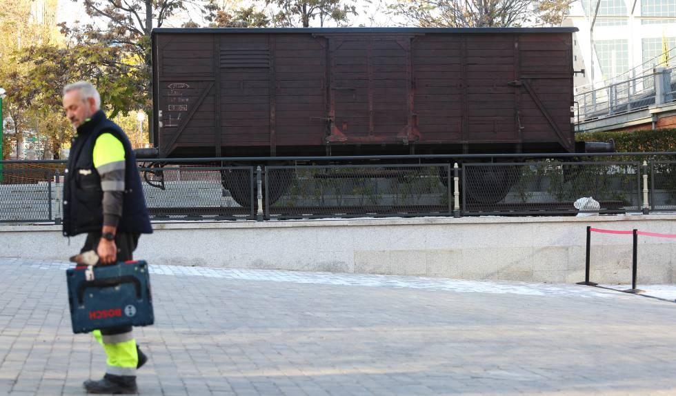 Montaje de la exposición de Auschwitz, este martes en Madrid.