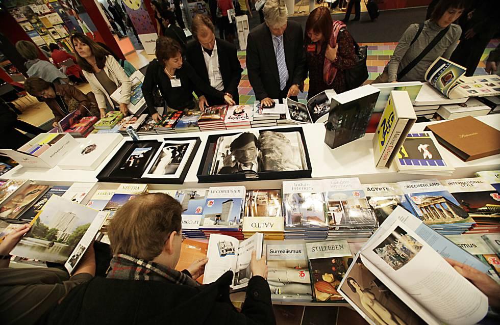 Os visitantes folheiam livros na Feira do Livro de Frankfurt em 2009.
