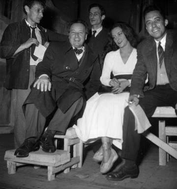Camus (derecha), con Casares, el pintor Balthus (de pie) y el compositor Arthur Honegger, tras un pase de 'El estado de sitio', una de las obras teatrales del escritor, en el Marigny de París, en 1948.