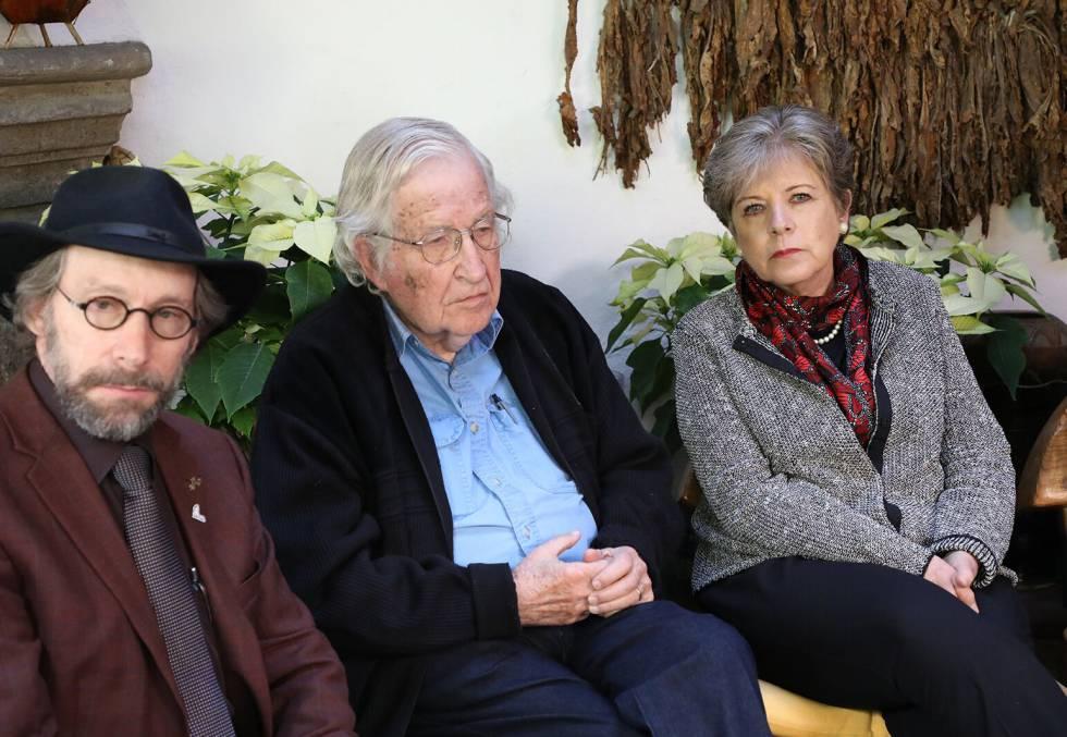 Noam Chomsky, en el centro, durante la rueda de prensa el Ciudad de México
