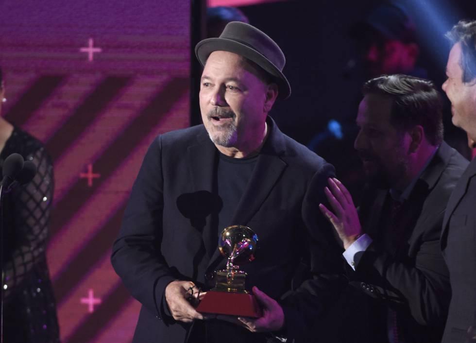 Ruben Blades recoge el premio a disco del año.