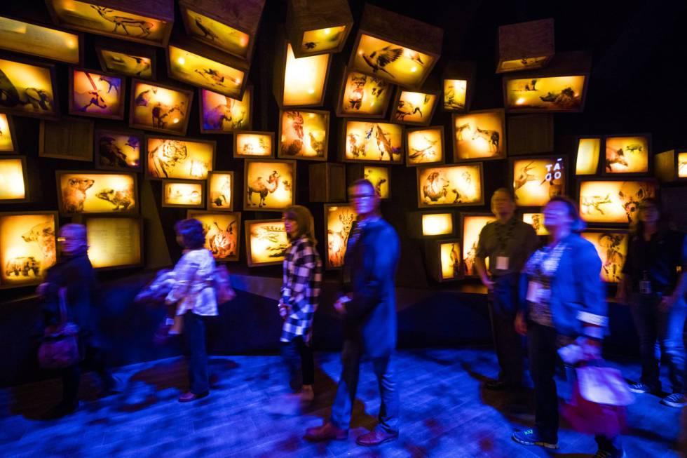 Los visitantes caminan a través de una exhibición multimedia titulada 'La Biblia Hebrea' durante una vista previa de los medios, el pasado martes.
