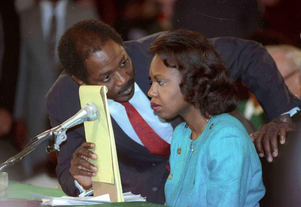 El abogado Charles Ogeltree charla con la profesora de derecho Anita Hill durante su testimonio el 11 de octubre de 1991.