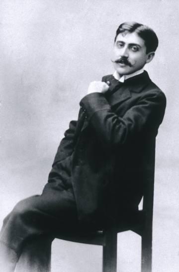O escritor Marcel Proust em uma sessão de fotos.