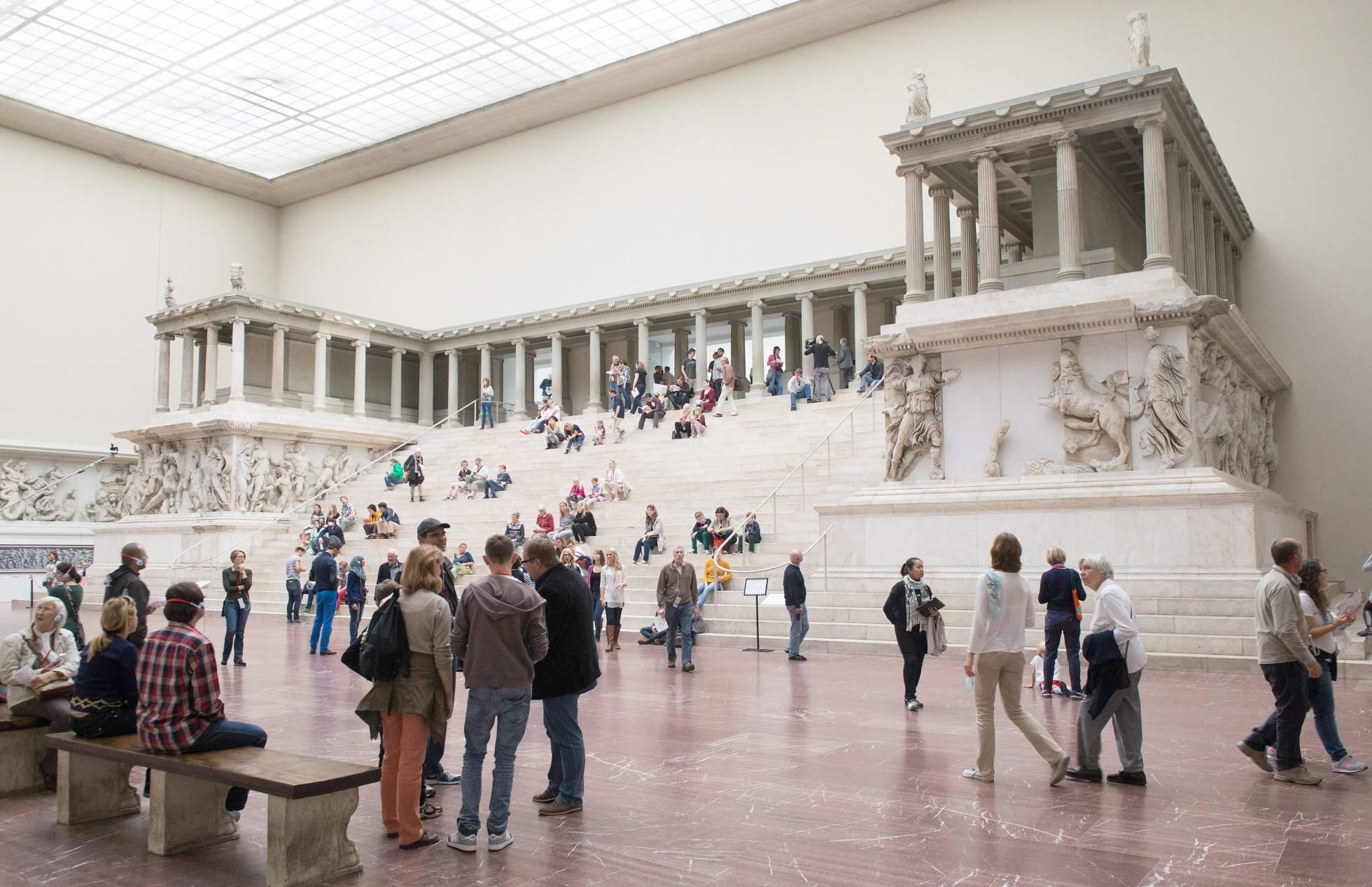 Visitantes del Museo de Pérgamo en Berlín. MAURIZIO GAMBARINI (EFE)