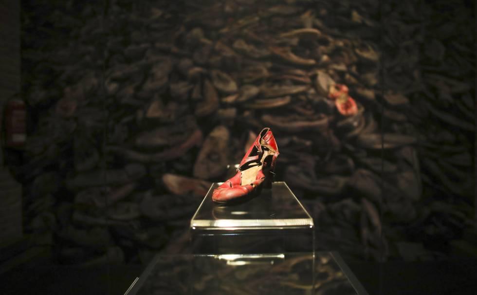 Uno de los zapatos que se ven en la exposición sobre Auschwitz.