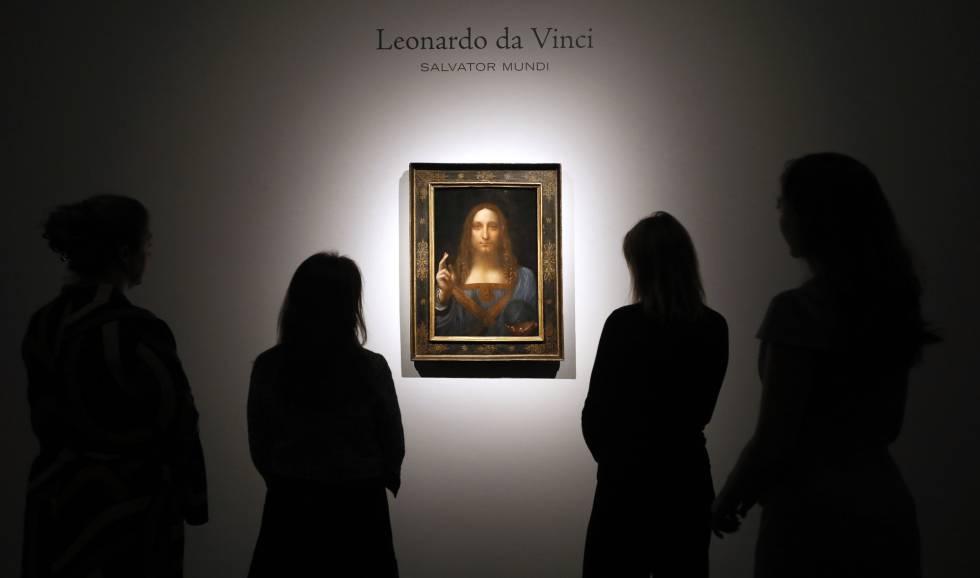 Varias personas observan 'Salvator Mundi' de Leonardo da Vinci en la galería Christie's de Londres.