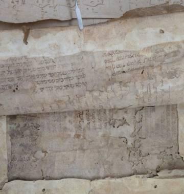 Libro de cuentas manuscrito del siglo XV en cuya cubierta hay capas de papel con escritura hebrea y latina.