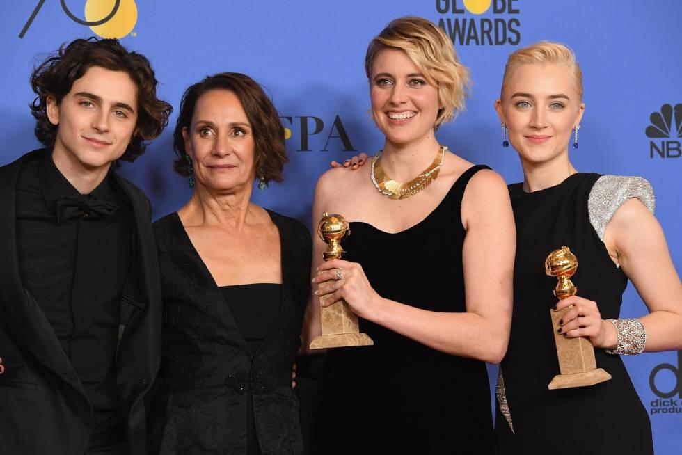 El equipo de Lady Bird, con los premios a la mejor comedia y a la mejor actriz, Saoirse Ronan, a la derecha.