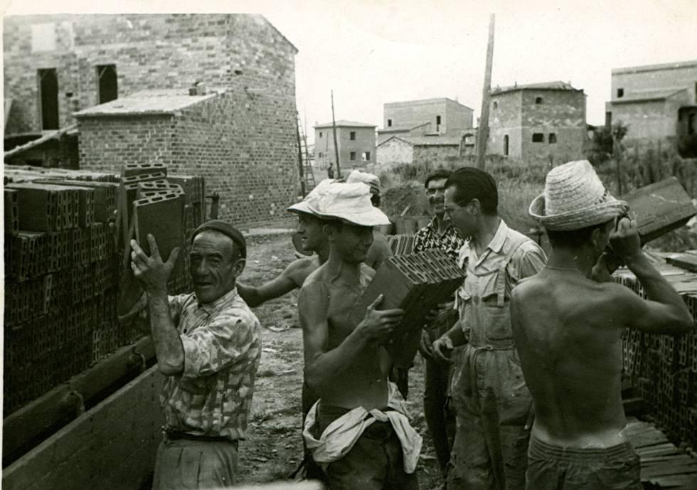 Universitarios, en una construcción de viviendas en Bañolas (Girona), en 1961.