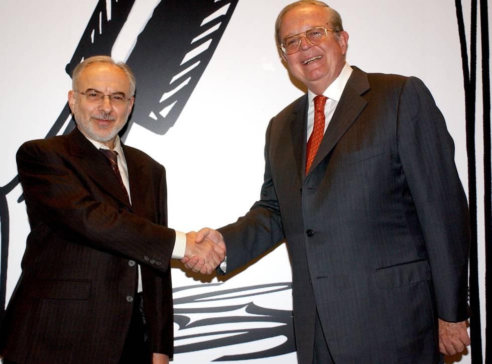 Imagen de archivo del poeta Antonio Gracia (izquierda) recibiendo el Premio de Poesía Loewe, junto a Enrique Loewe, presidente de la empresa del mismo nombre.
