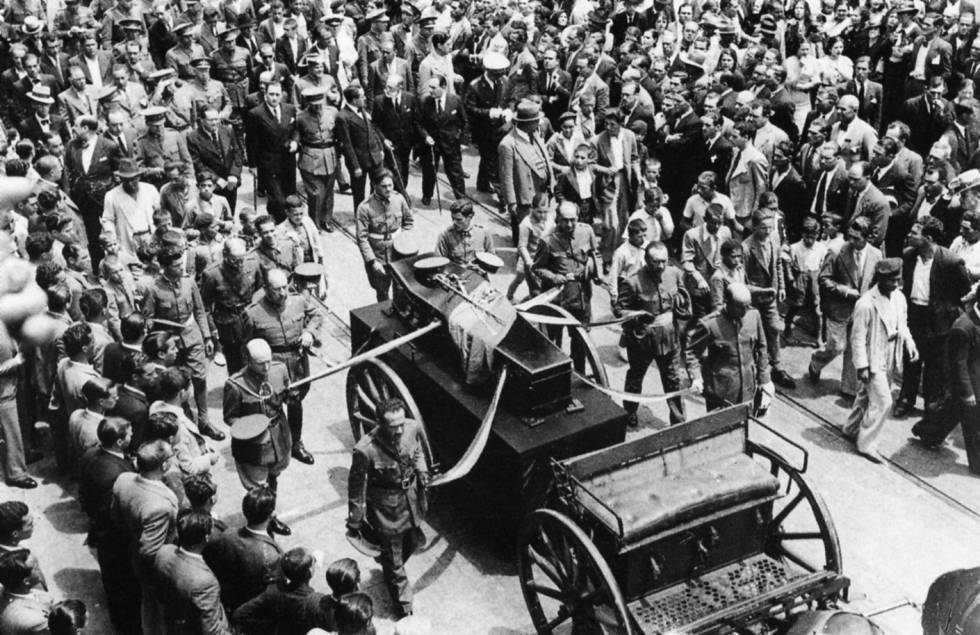 Sepelio del general Balmes en Las Palmas, el 17 de julio de 1936, presidido por Franco (detrás del armón, el militar entre las autoridades civiles).