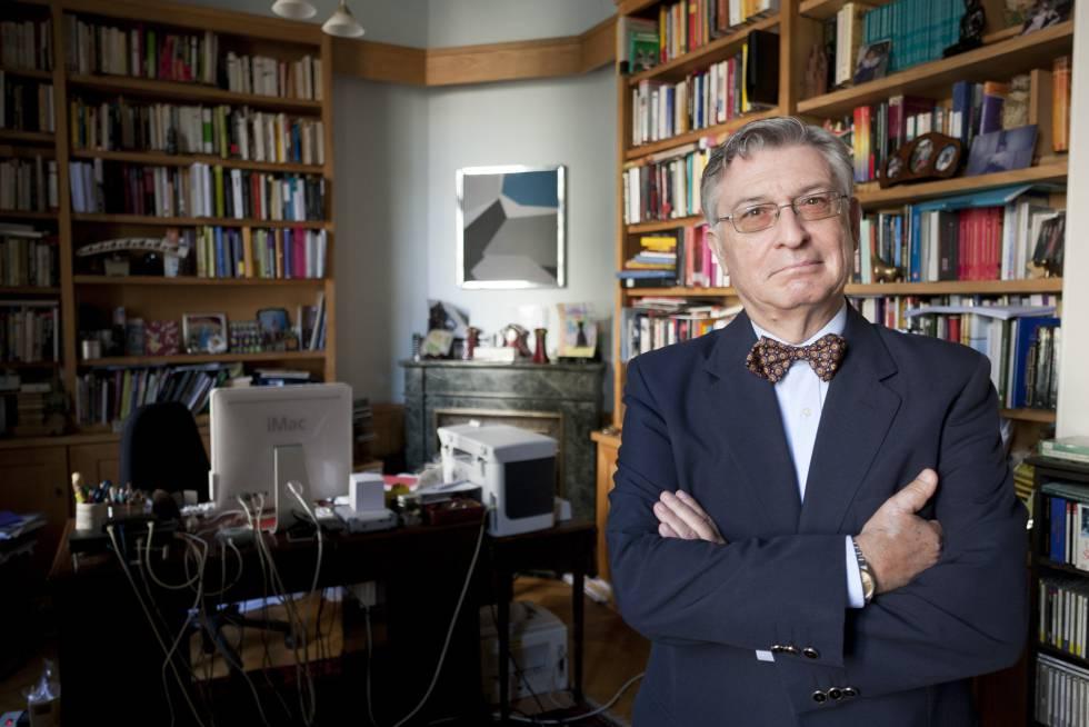 El historiador Ángel Viñas, en su casa en Bruselas en 2010.