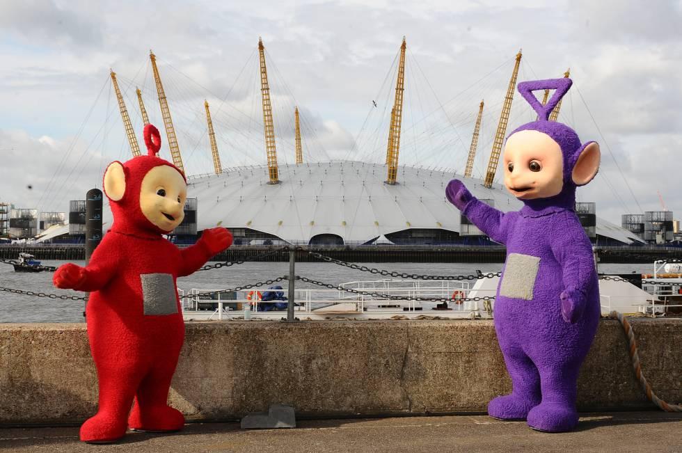 Po y Tinky Winky (a la derecha), dos de los 'Teletubbies' con el edificio O2 Arena de Londres al fondo.