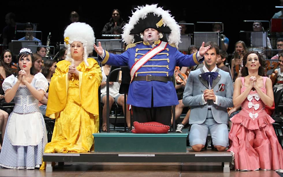 Una escena de la ópera 'Candide', de Voltaire, en versión de Paco Mir, en el Teatro Auditorio de San Lorenzo de El Escorial (Madrid), en 2011.