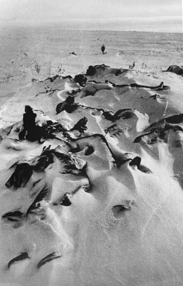 Soldado mortos, enterrados na neve em Stalingrado.