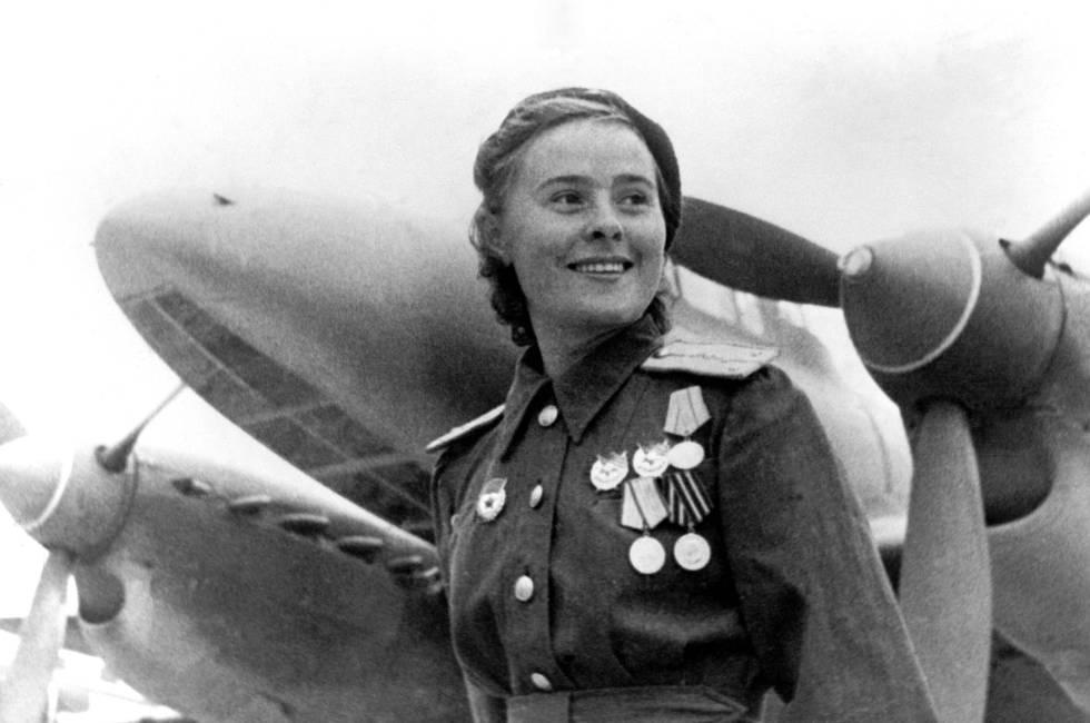 Lylia Litvyak, piloto da Força Aérea soviética, durante a batalha de Stalingrado.
