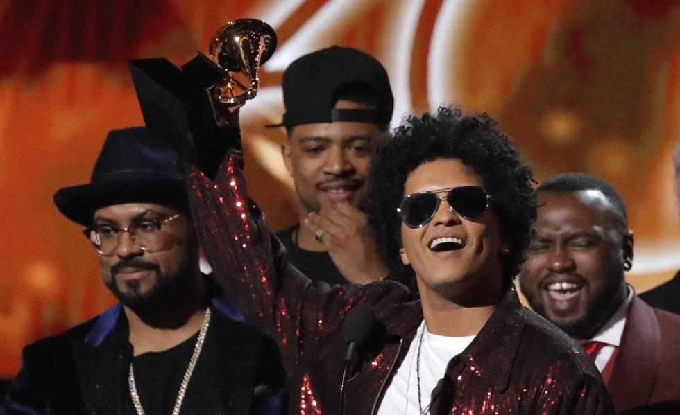 Bruno Mars, con el premio Grammy al disco del año.