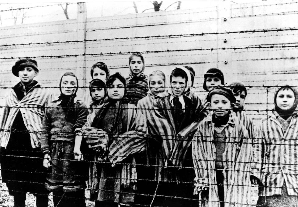 Niños liberados de Auschwitz en enero de 1943.