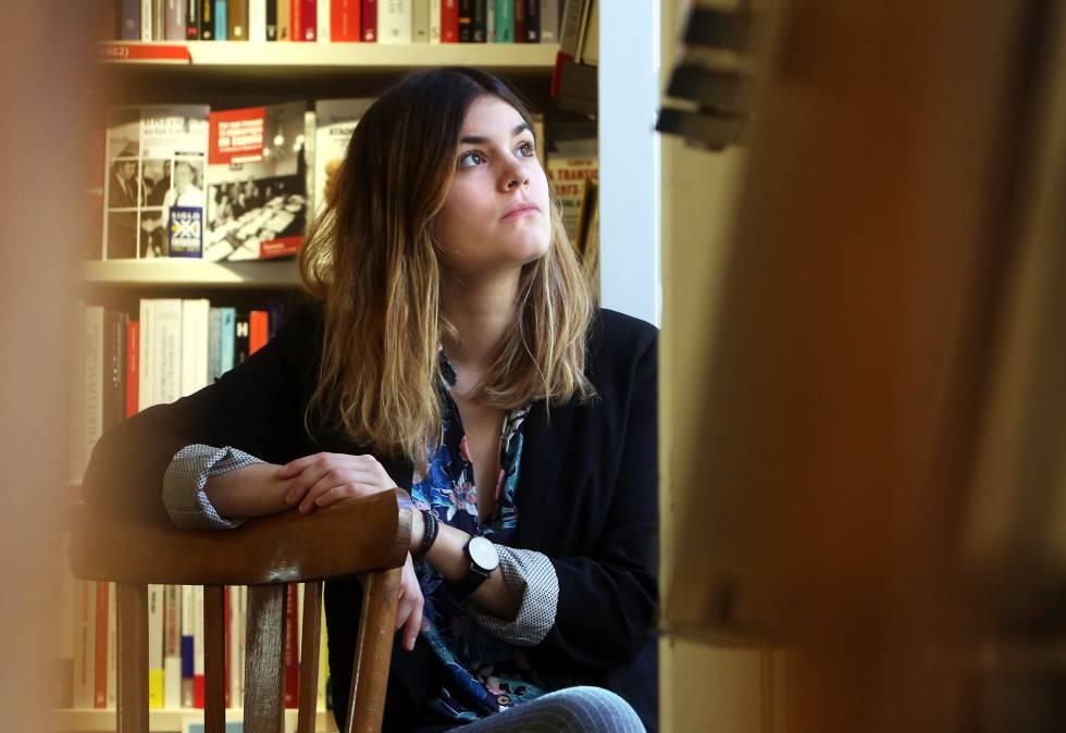 La poeta Elvira Sastre, en una librería de Madrid.