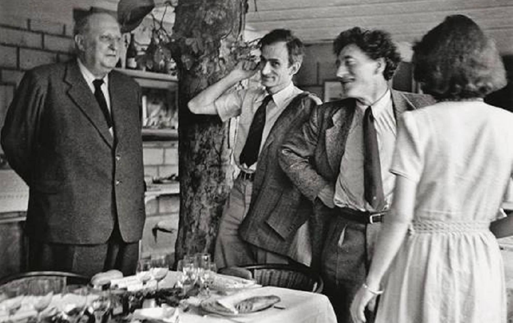 Desde la izquierda, Derain, Balthus, Alberto y Annette Giacometti, en los cincuenta. ALEXANDER LIBERMAN (GETTY TRUST)