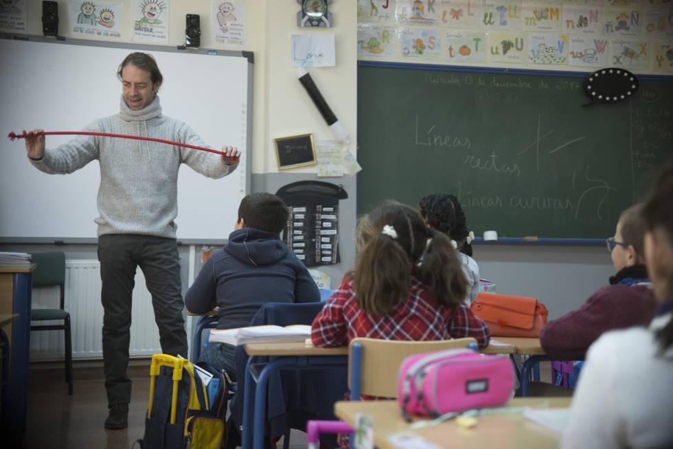 Xuxo Ruiz, profesor del Colegio Público San Sebastián en la localidad sevillana de Albaida del Aljarafe, emplea el ilusionismo en sus clases para motivar y favorecer el aprendizaje.rn
