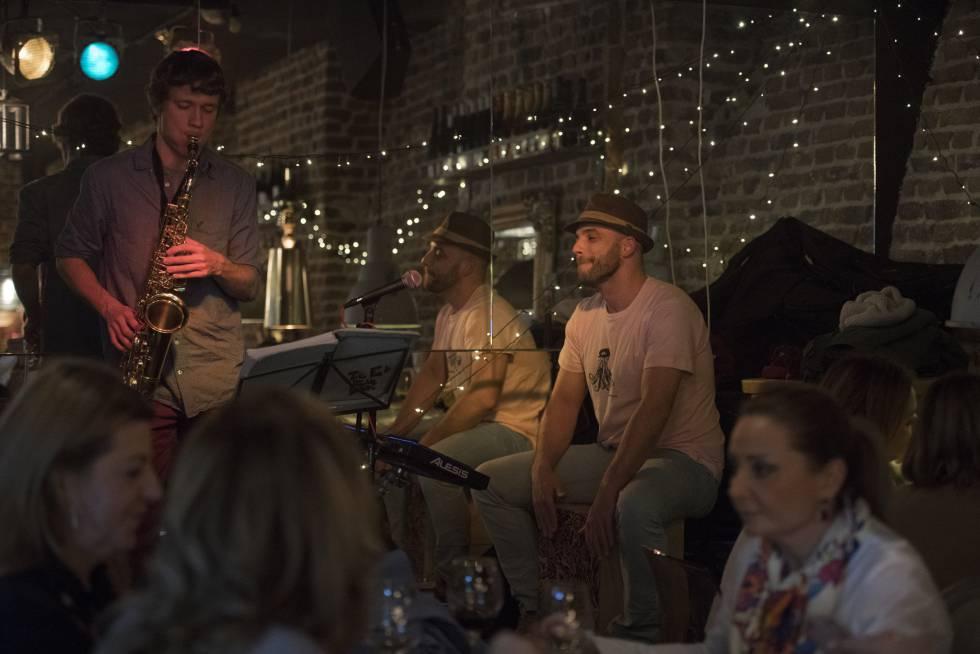 Álvaro Barbón, con sombrero a la derecha, toca el cajón con su banda en el bar Santo Barón, en Madrid.