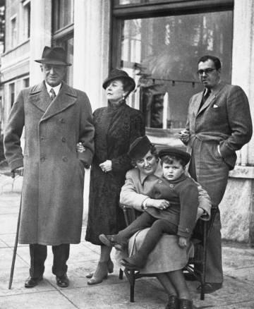 De izquierda a derecha, de pie, Fritz Thyssen, su esposa y su yerno, el conde Zichy. Sentados, su hija, la condesa Zichy, y el hijo de ella, Fritz August, en Locarno, Suiza, el 3 de marzo de 1940.