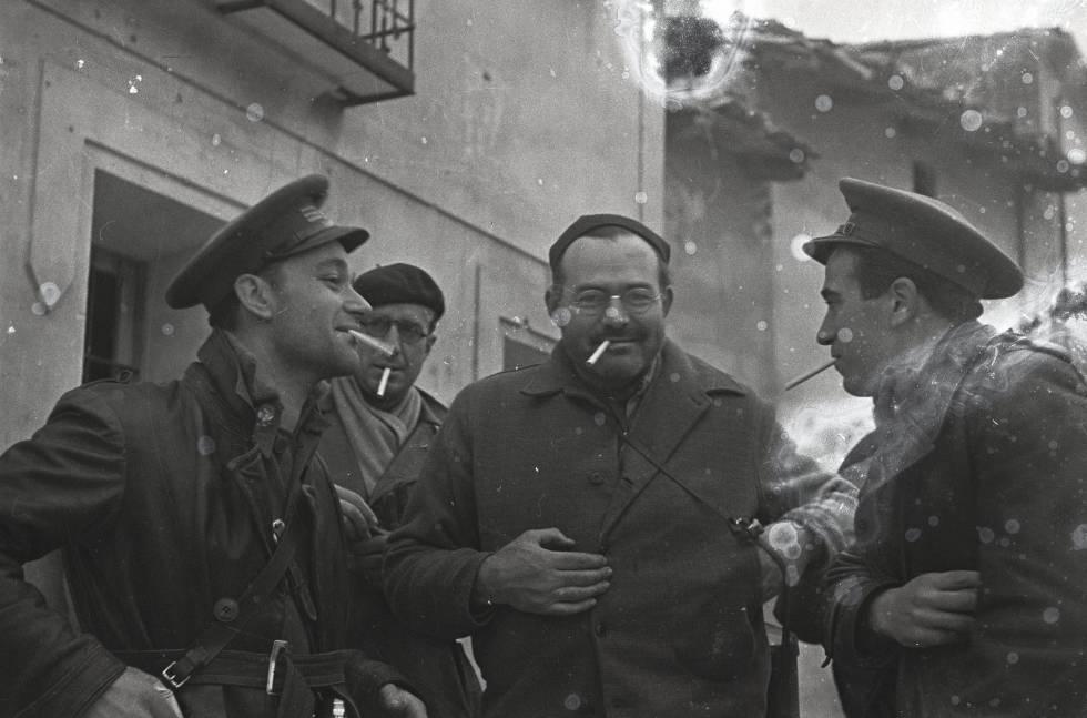 Ernest Hemingway (en el centro), Herbert Matthews (detrás con boina), el brigadista Malcolm Dubar (izquierda) y una persona desconocida.