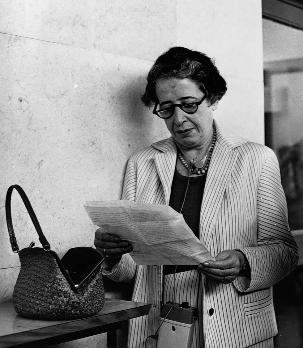 Hannah Arendt lee un documento en 1960.