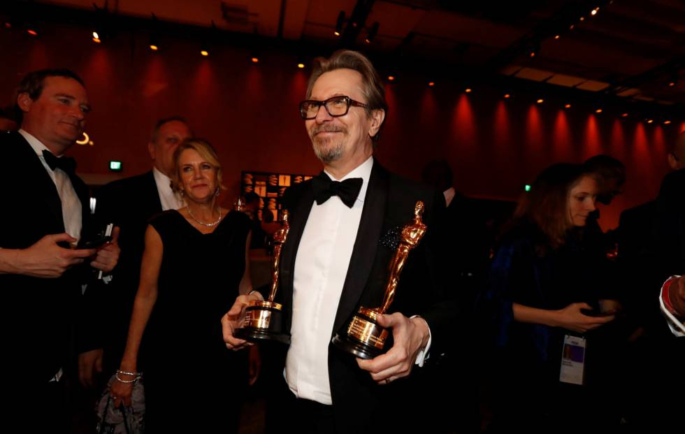 Gary Oldman, con su Oscar y el de Frances McDormand, en el Baile de los Gobernadores.