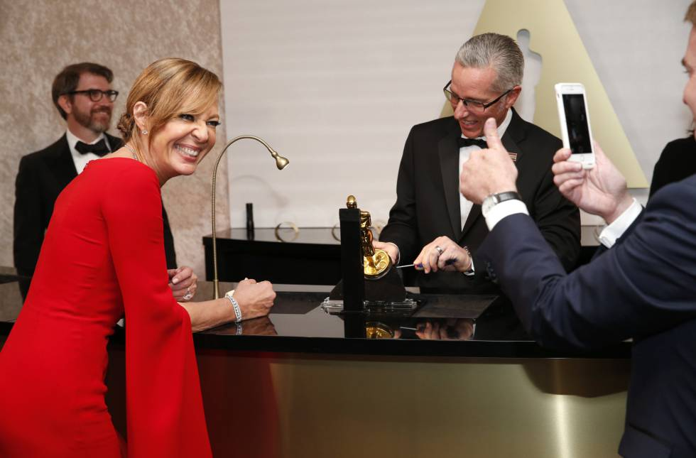Allison Janney le pone el nombre a su Oscar en el Baile de los Gobernadores.