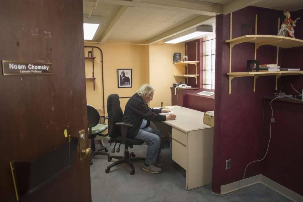 Noam Chomsky, en su despacho de la Universidad de Arizona en Tucson.