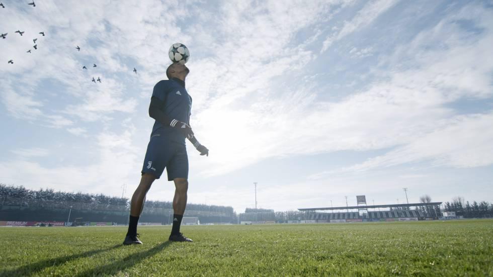 El jugador Douglas Costa en el documental  First Team  Juventus  f22ce503bdc72