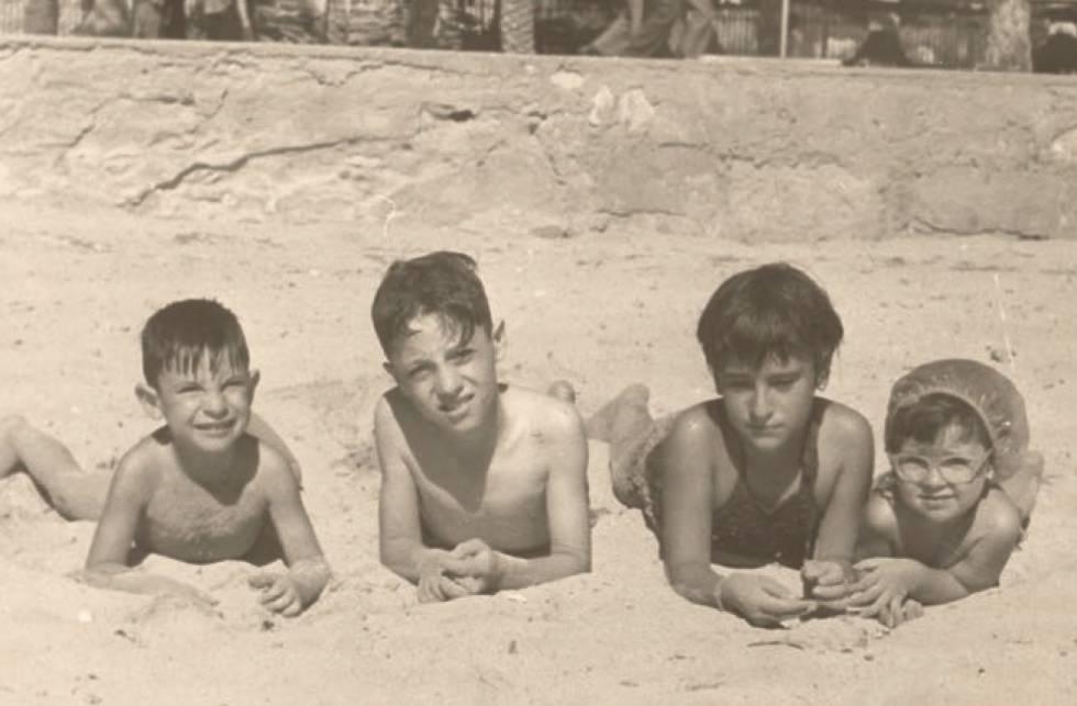 53cbb1dc665 Jorge Martínez Reverte (segundo por la izquierda) con unos amigos en una  playa de