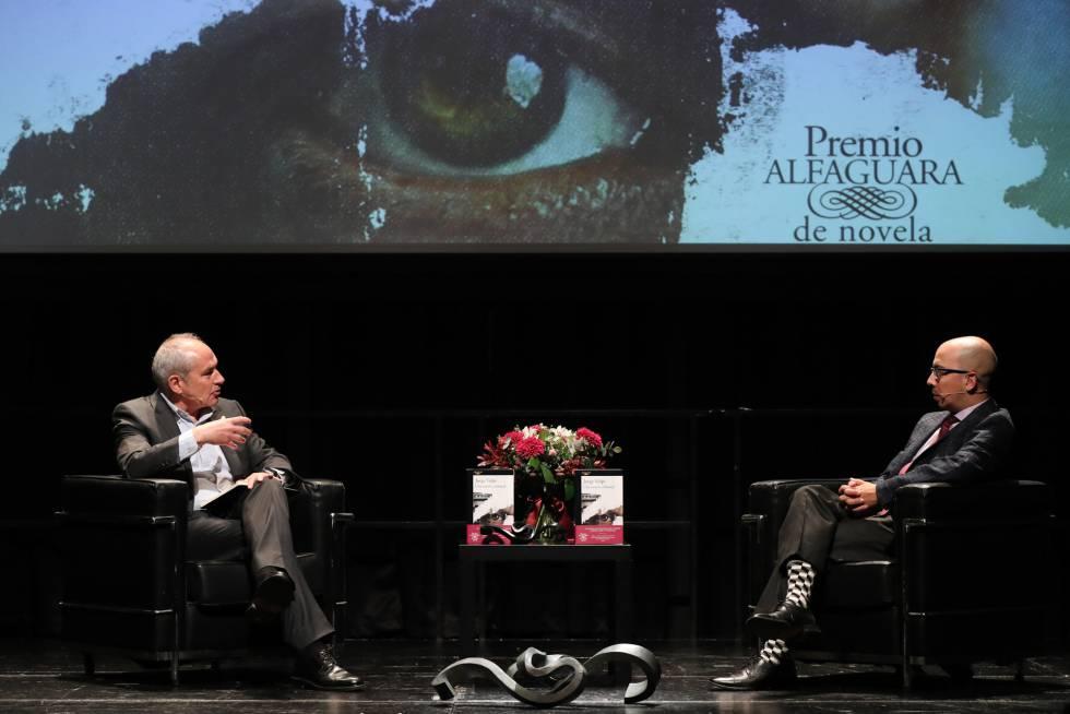 Jorge Volpi (a la derecha) habla con el director de EL PAÍS, Antonio Caño, este miércoles en el Círculo de Bellas Artes.
