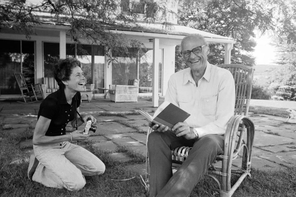 La fotógrafa Inge Morath y su marido, el escritor Arthur Miller, en su casa de Connecticut, en 1975.