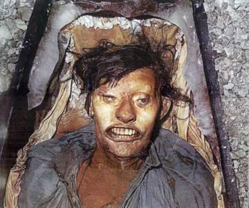 El cadáver congelado de John Hartnell, uno de los tres primeros miembros de la expedición Franklin en morir, enterrado en la isla de Beechey en 1846 y examinado en 1980.
