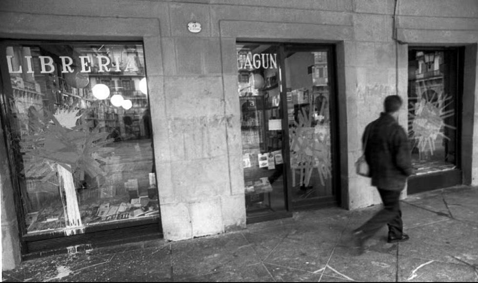 La librería Lagun tras el ataque de radicales que apoyaban a ETA, el 24 de diciembre de 1996.