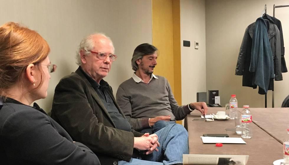 El escritor Francisco Ferrer Lerín, entre Sílvia Sesé y Ignacio Echevarría, presenta la novela 'Besos humanos' en Barcelona.