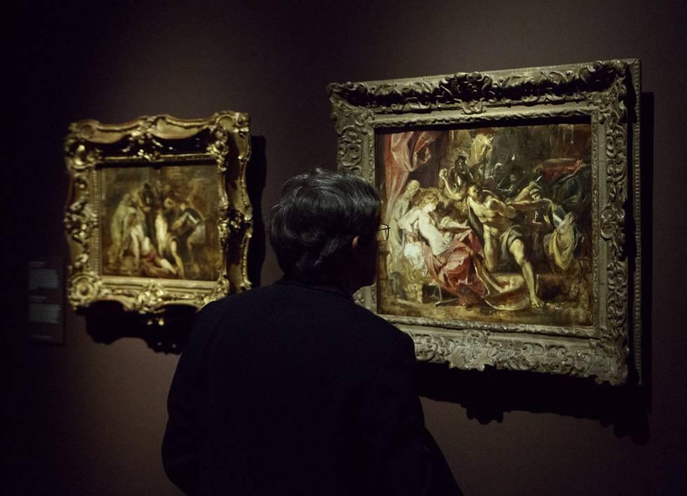 """Un visitante de la exposición """"Rubens. Pintor de bocetos"""" contempla 'El prendimiento de Sansón' (h. 1609-1610), perteneciente a la colección del Art Institute de Chicago. A su izquierda, 'La ceguera de Sansón', de idéntica fecha, que forma parte de la colección del Museo Thyssen de Madrid."""