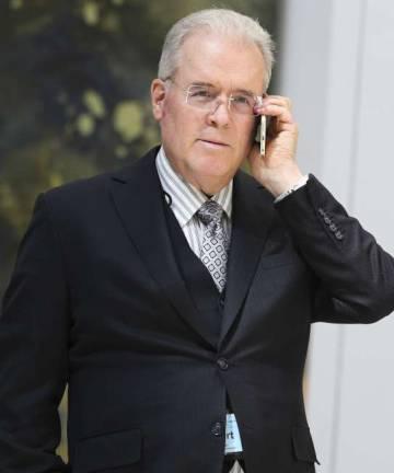 Robert Mercer habla por teléfono en un encuentro sobre cambio climático en marzo de 2017.