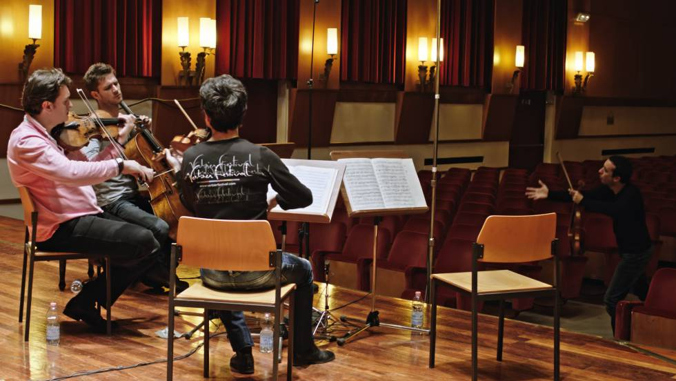 Pierre Colombet (primer violín) escucha a sus compañeros desde el patio de butacas durante un ensayo.
